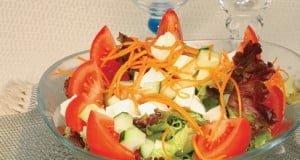 Salada de legumes com mozzarella fresco