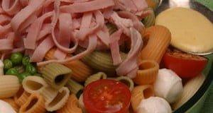Salada de massa com fiambre e bolinhas de queijo