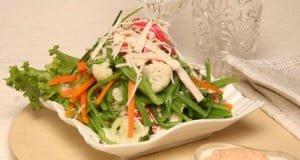 Salada de vegetais com palitos do mar