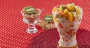 Salada tropical com leite de coco e amêndoas