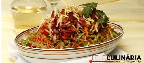 Salada colorida com bacon