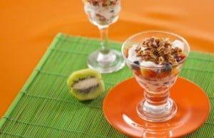 Salada de fruta com iogurte e aveia tostada
