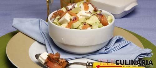 Salada de abacate com salmão fumado e queijo fresco