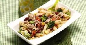 Salada de massa com atum e legumes