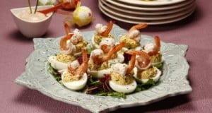 Salada de ovos com camarão e molho cocktail