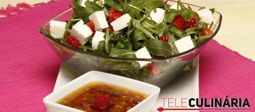 Salada de rúcula com morangos