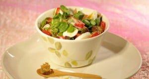 Salada fresca de agrião e delícias do mar