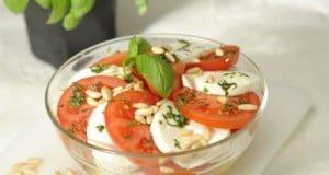 Salada fresca de tomate e queijo