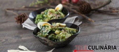 Salada quente de batata e couves