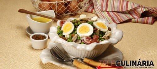 Salada quente de ervilhas com presunto e queijo feta