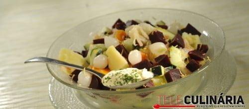 Salada russa de bacalhau com batata e beterraba