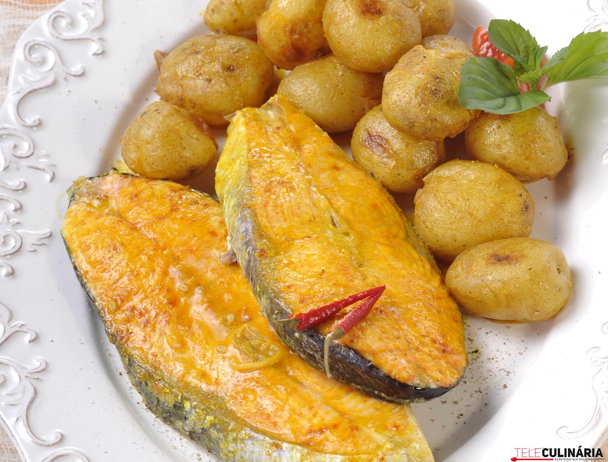 Salmão no forno com batata e especiarias