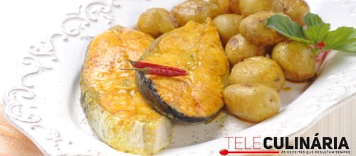 Salmão assado no forno com batata nova e especiarias
