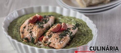 Salmão no forno com puré de batata e brócolos