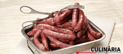 Salsichas frescas assadas no forno
