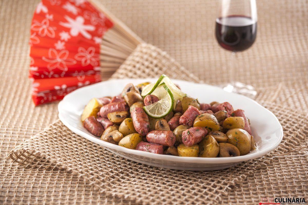 Salteado de Salsichas Frescas com Cogumelos e Batatas