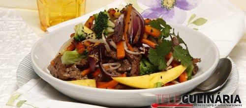 Legumes salteados com carne e fruta