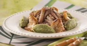 Secretos de porco com maçã assada no forno e migas de brócolos