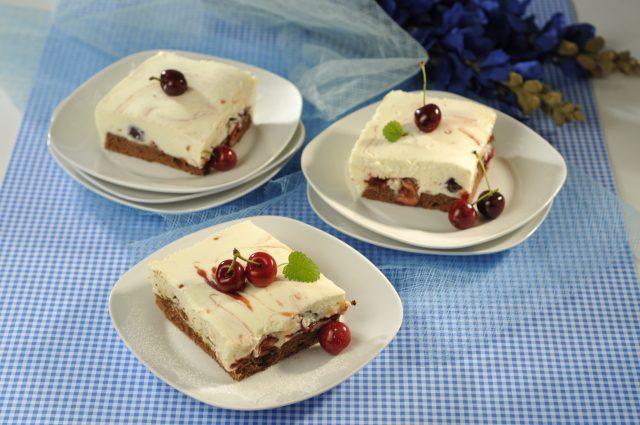 Sobremesa gelada de natas e cerejas