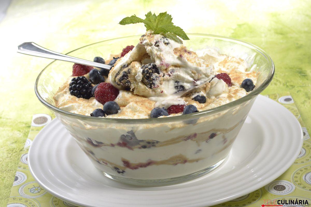 Sobremesa rápida de iogurte e frutos