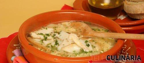 Sopa de bacalhau com ovos esfarrapados
