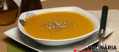 Sopa de batata-doce com sementes de girassol