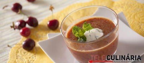 Sopa de cerejas fria com crème fraîche e hortelã