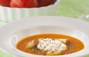 Sopa de tomate com pão frito e ovo escalfado