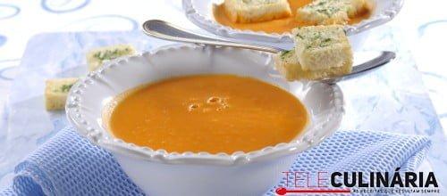 Sopa de tomate com tostas aromáticas