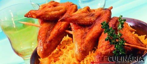 Asas de frango com arroz de açafrão