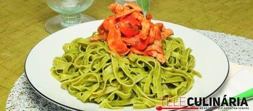 Tagliatelle verde com peru e tomate