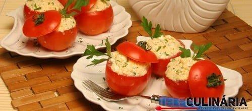 Tomates recheados com queijo fresco e ervas
