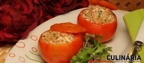 Tomates recheados com queijo e pasta de atum