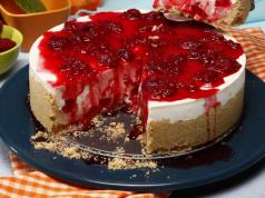 cheesecake de morango em pedaços