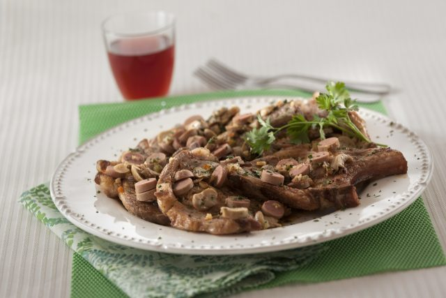 costeletas de porco à salsicheiro