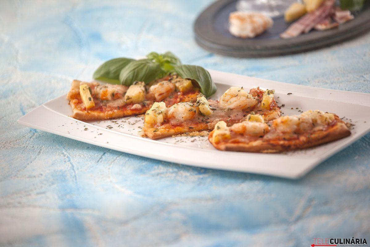mini pizzas de camarão bacon e abacaxi