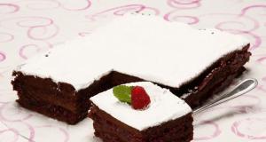 nuvem de chocolate com doce de framboesas