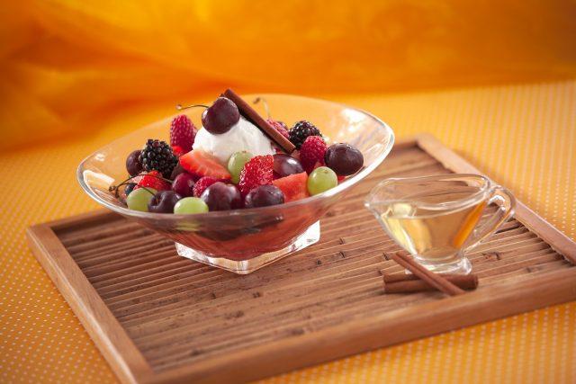 salada de frutos vermelhos com gelado de nata