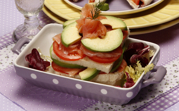 tostas de salmão com abacate