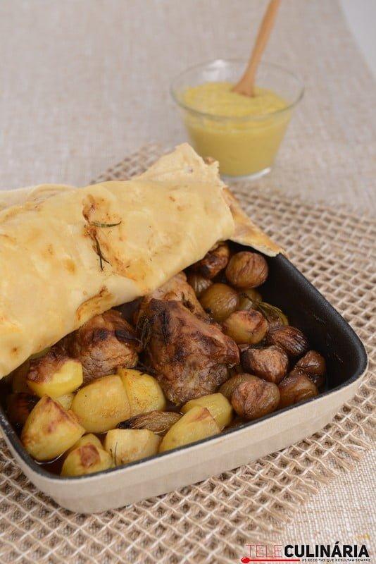 Lombinhos de porco em massa de pão, castanhas, batatinha e puré de maçã (3)