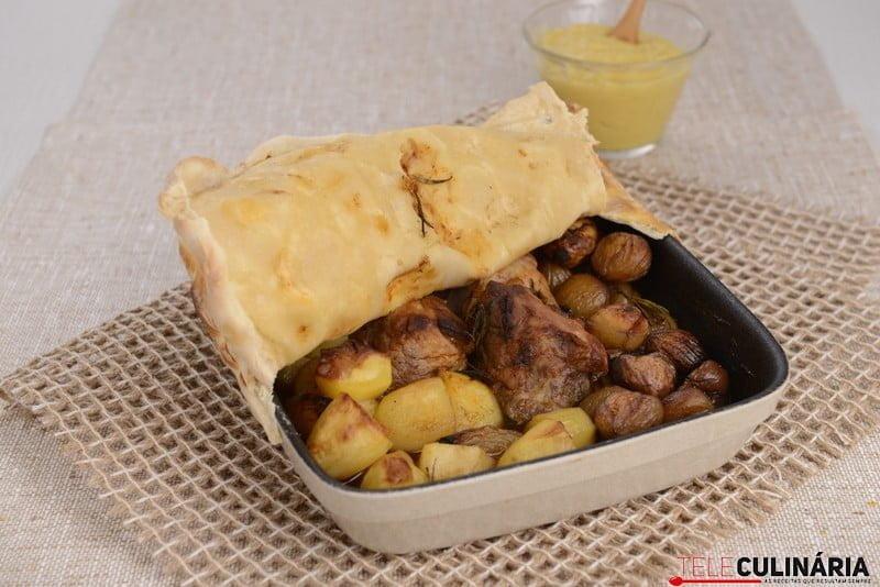 Lombinhos de porco em massa de pão, castanhas, batatinha e puré de maçã (5)
