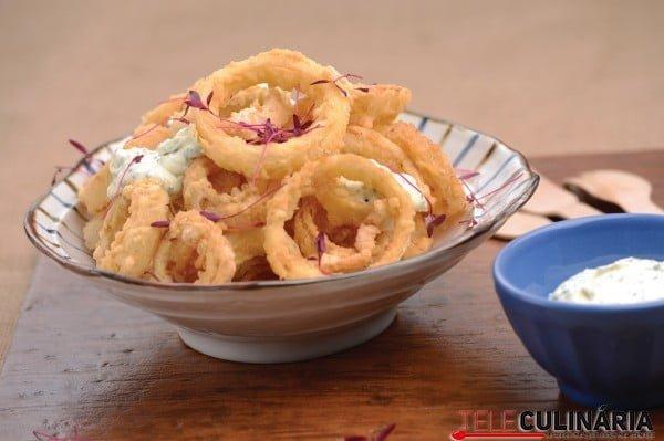 argolas de cebola fritas com maionese de alho e ervas