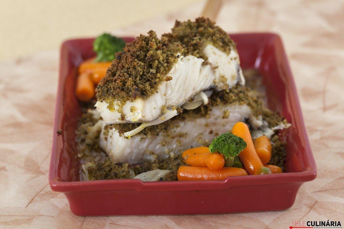 bacalhau em crosta de azeitonas com legumes