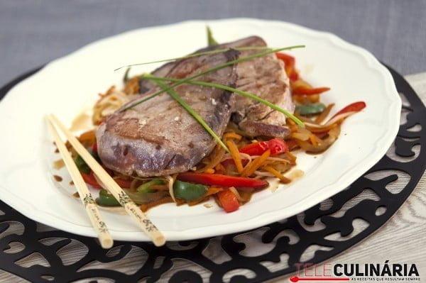 bife de atum com legumes asiaticos