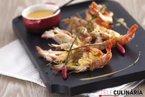 camarões grelhados com molho de mostarda picante