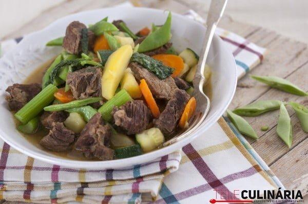 carne com legumes na panela de pressao