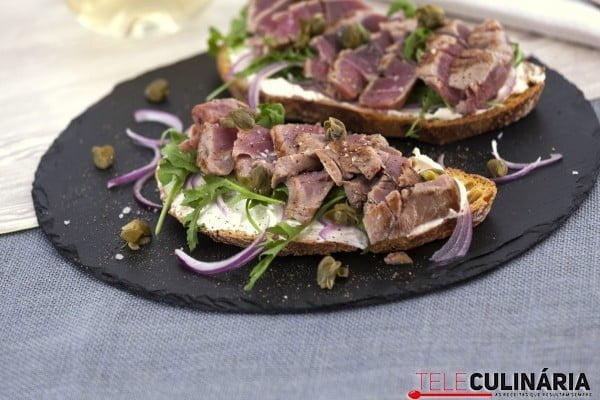 crostini de atum com alcaparras