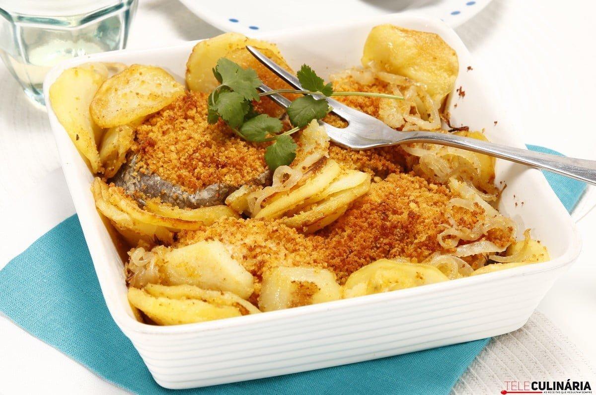 pescada com broa e batatas salteadas