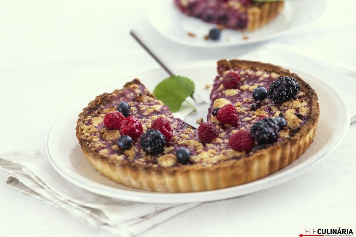 tarte areada com frutos vermelhos e crumble