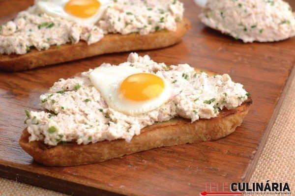 tostas de alho com patê de frango